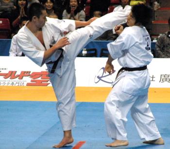 極真空手の下段回し蹴り(ローキック)の対策テクニック 1